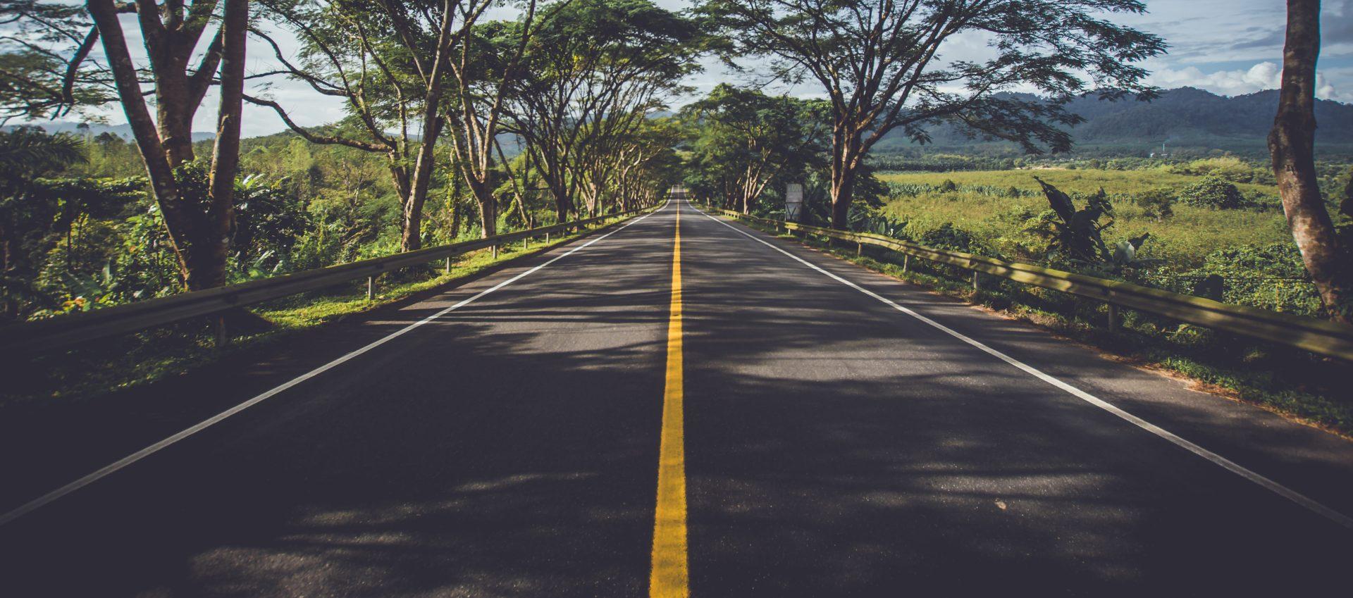 Jakie akty prawne musisz znać, jeśli chcesz zostać przewoźnikiem drogowym towarów?